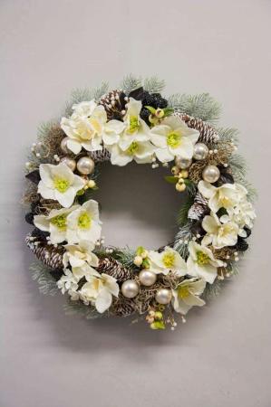 Kunstig julekrans med blomster, gran og kogler