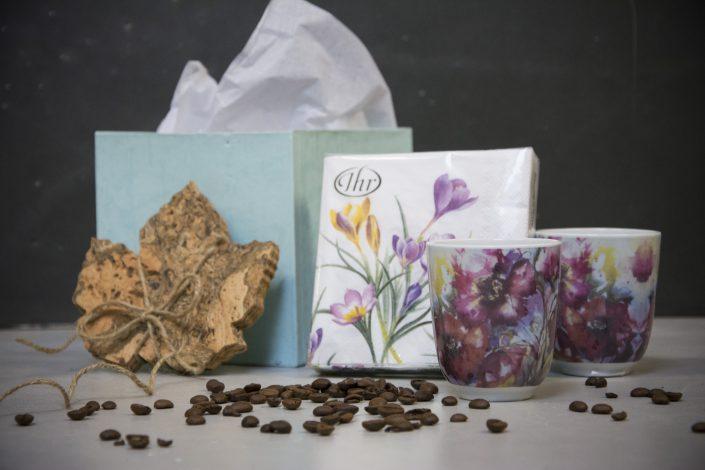 Værtindegave - gave med kaffekopper, kork bordskånere og servietter