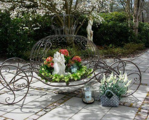 Skab liv i haven med krukker og dekorative blomsteropsatser af jern
