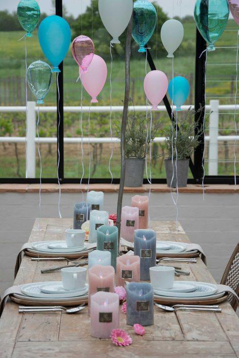 Fødselsdagsbord med balloner og led bloklys