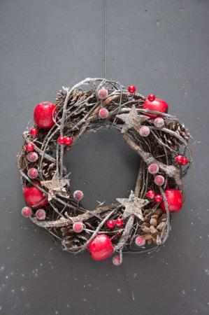 Julekrans med æbler, røde bær og stjerner.