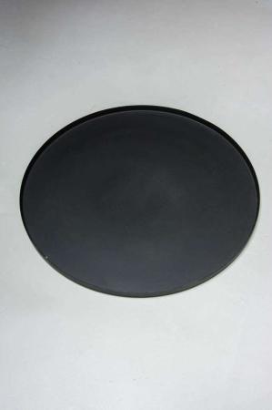 Sort rund metal bakke