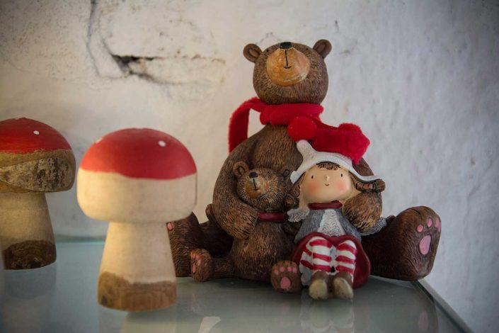 Bjørn med halstørklæde, sin unge og pige
