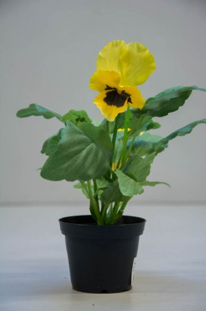 Kunstige blomster - gul stedmoderblomst i potte